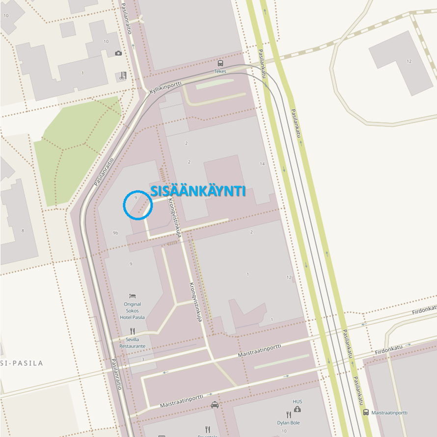 Kartta: Selkein reitti toimistollemme on kääntyä joko Pasilanraitiolta, tai Pasilankadulta, Maistraatinportti-nimiselle kadulle. Maistraatinportilta käänny Kronqvistinkujalle. Kronqvistinkuja viettää alamäkeen ja sen reunassa on korotettu jalkakäytävä. Kronqvistinkuja päättyy sisäpihaan, jonka nurkassa on toimistorakennuksemme ulko-ovi. Tunnettuja maamerkkejä toimistomme vieressä ovat Original Sokos Hotel Pasila, kauppakeskus Tripla sekä Pasilan poliisiasema.